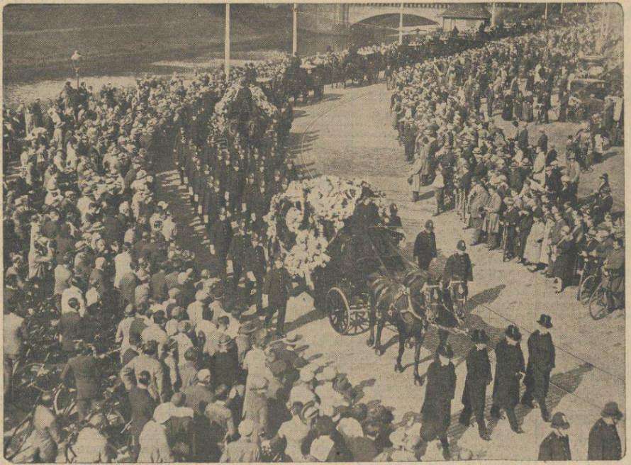 Algemeen Handelsblad 28-09-1932 - 'Onder geweldige belangstelling is gisteren te '-s Gravenhage de agent van politie H. Baa(r)s die bij relletjes op Prinsjesdag doodelijk getroffen werd, te grave gedragen (Delpher)'