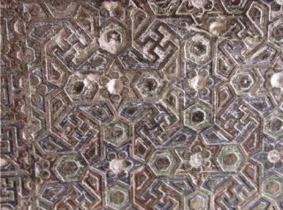 Detail van een muur in Fatehpur Sikri, met o.a.swastika (hindoeïsme) - Foto: Chris Rachel Spatz