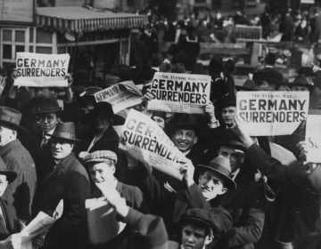 "Juichende burgers in New York - ""Germany surrenders"" (Publiek Domein - wiki - National Archives)"