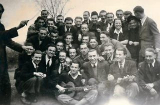 Hollandse en Tsjechische dwangarbeiders, april 1944. Chris Lenstra staat achterste rij in het midden.
