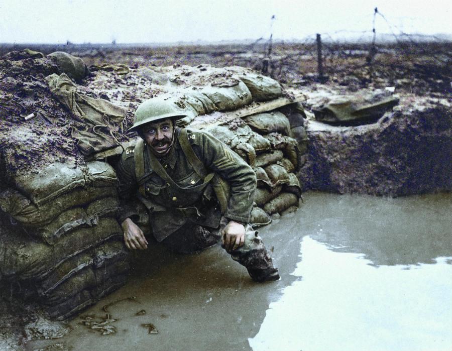 Britse soldaat in een loopgraaf in Vlaanderen - Foto uit: 'De tijd in kleur. Beelden uit de wereldgeschiedenis 1850 – 1960' - Dan Jones en Marina Amaral, Uitgeverij Omniboek