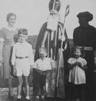 Bezoek van Sinterklaas en Zwarte Piet aan een Nederlandse familie in Nederlands-Indië, 1939, Bron: Tropenmuseum