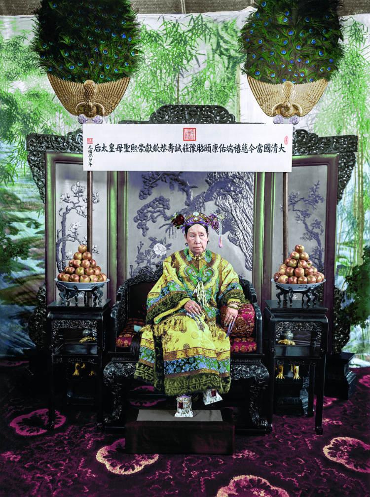 De Chinese keizerin-weduwe Cixi – Foto uit: 'De tijd in kleur. Beelden uit de wereldgeschiedenis 1850 – 1960' – Dan Jones en Marina Amaral, Uitgeverij Omniboek