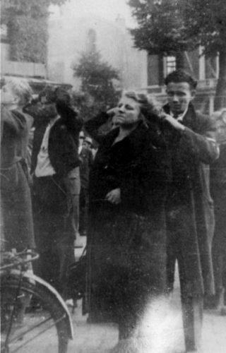 Een vrouw wordt na de bevrijding kaalgeschoren (CC BY-SA 4.0 - J.F.M. Trum, Fotopersbureau Gelderland - wiki)