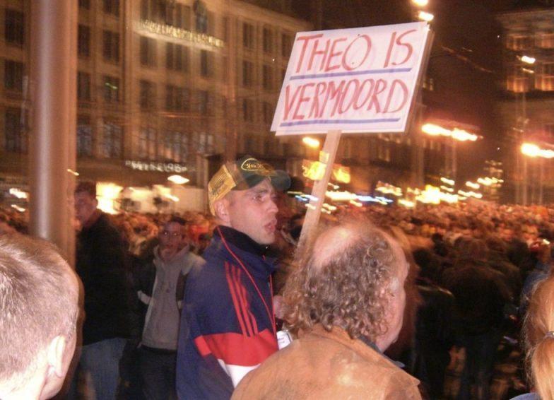 Protesten op de Dam na de moord op Theo van Gogh (Publiek Domein - wiki)
