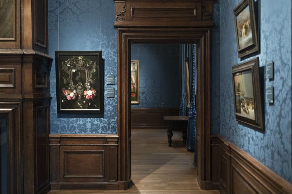 Het schilderij van Daniël Seghers op zijn plek in het museum (1596-1687) - (Mauritshuis - Foto Ivo Hoekstra)