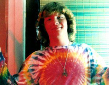Typische hippie in kleding die past bij de hippiecultuur (wiki)
