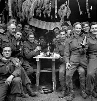 Canadese militairen vieren kerst in Ortona, 25 december 1943. (Library and Archives Canada / Flickr)