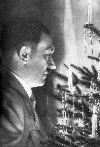 Adolf Hitler bij de kerstboom: geen vanzelfsprekende combinatie. (Collectie auteur)