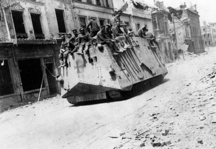 A7V in het Franse Roye, 1918 (CC BY-SA 3.0 de - Bundesarchiv)