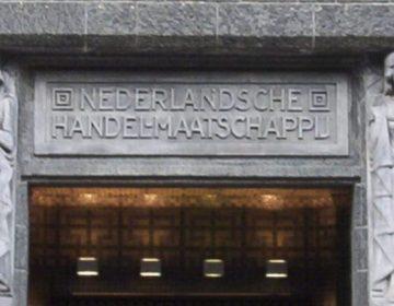 De naam van de Nederlandsche Handel-Maatschappij (NHM) boven de ingang van het huidige Stadsarchief Amsterdam. (CC BY 3.0 - Jane023)