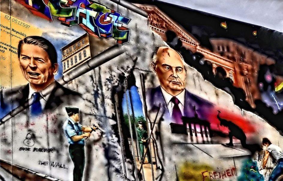 Michail Gorbatsjov en Ronald Reagan op een deel van de Berlijnse Muur (cc0 - Pixabay - 4536207)