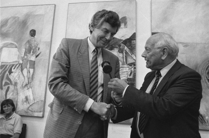 Joop den Uyl overhandigt voorzittershamer aan Wim Kok, 21 juli 1986 (CC0 - Anefo - Rob Croes - wiki)