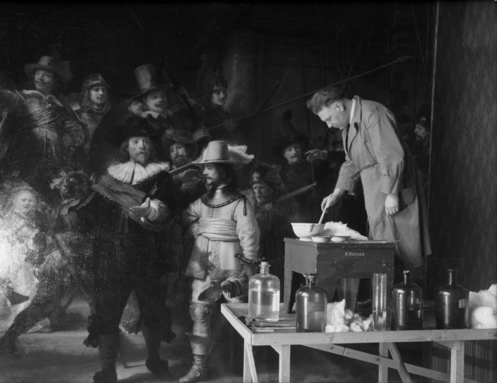 Rijksmuseum schilderijenrestaurator Henricus Hubertus Mertens verwijdert vernis van De Nachtwacht in 1946-47 - Foto Rijksmuseum