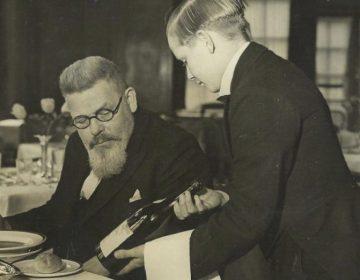 Iwan Kriens (1937), vlak voor zijn pensioen, met een leerling in één van de restaurants van de Hotel and Restaurant School. Foto Collectie Westminster Kingsway College (Barrats Photo)