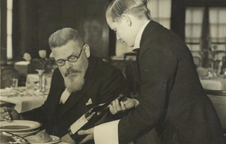 Iwan Kriens (1937), vlak voor zijn pensioen, met een leerling in één van de restaurants van de Hotel and Restaurant School. Foto Collectie Westminster Kingsway College (Barrats Photo)