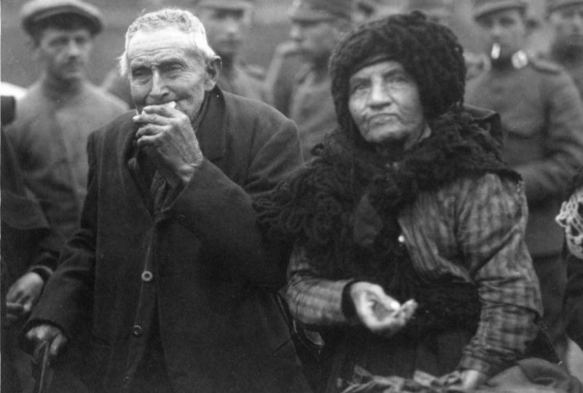 'Franse vluchtelingen komen vanuit Neeritter met de tram aan op het goederenemplacement van het spoor langs de Parallelweg in Weert oktober 1918 (CC BY-SA 3.0 - Gemeentearchief Weert - Europeana)