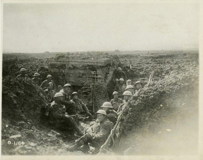 Canadese soldaten bij een verwoeste Duitse bunker  na de slag om Arras (Publiek Domein - wiki)