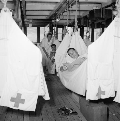 In de hospitaalzaal aan boord van ms Oranje stonden speciale fractuurbedden. Met gebroken ledematen was elke beweging pijnlijk. Als het bed mee beweegt op de golven, is dit minder vervelend voor de patiënt. Zo ontstonden 'cardanische bedden', die zo opgehangen werden dat het bed mee bewoog als het schip onder helling was. Maar als die bezet waren, werkte een hangmat natuurlijk ook prima!
