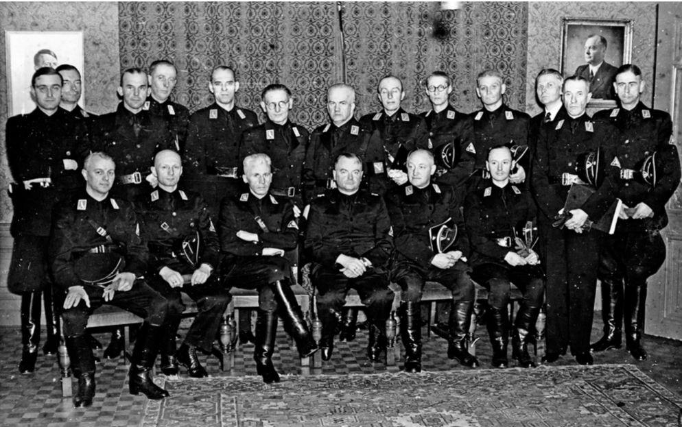 Beëdiging van de Gemachtigden van Mussert, Den Haag, 8 februari 1943. Hannema staat op de achterste rij, derde van rechts, als enige niet in uniform. Bron: Hannema, museumdirecteur