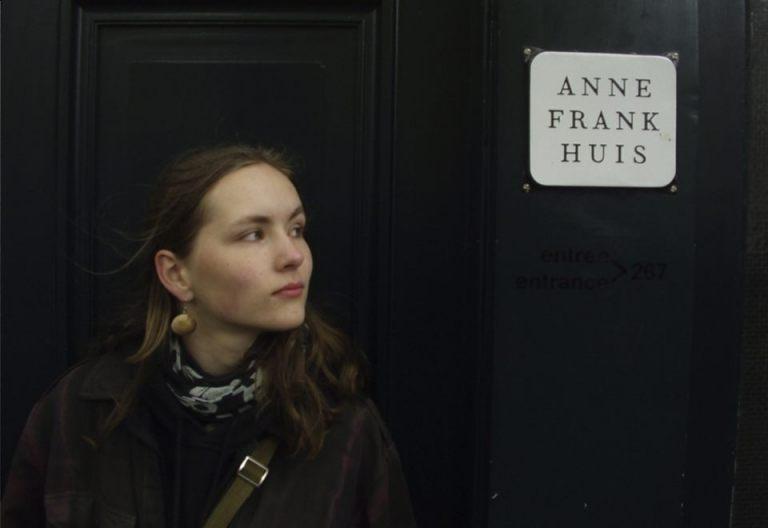 Bezoeker bij het Anne Frank Huis (Publiek Domein - wiki)