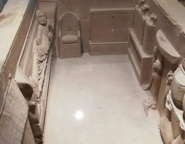 De binnenkant van de sarcofaag van Simpelveld (Rijksmuseum van Oudheden, Leiden)