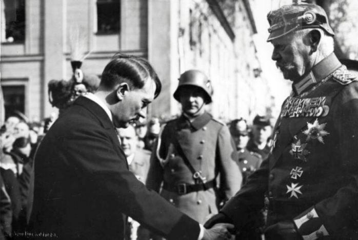 Hindenburg en Hitler in 1933 (CC BY-SA 3.0 de - Bundesarchiv)