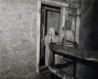 Otto Frank (vader van Anne Frank) in het Achterhuis, 9 mei 1958 (CC BY-SA 2.0 - IISG - Ben van Meerendonk / AHF - wiki)