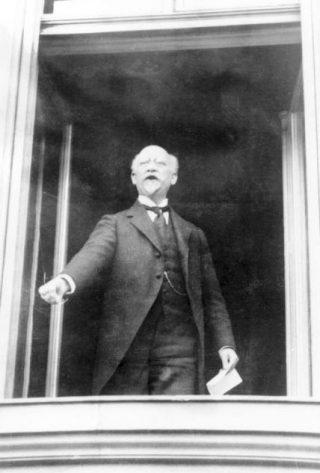Philipp Scheidemann, staand in een raam van de Rijkskanselarij, roept de Duitse republiek uit op 9 november 1918 (CC BY-SA 3.0 de - Bundesarchiv)