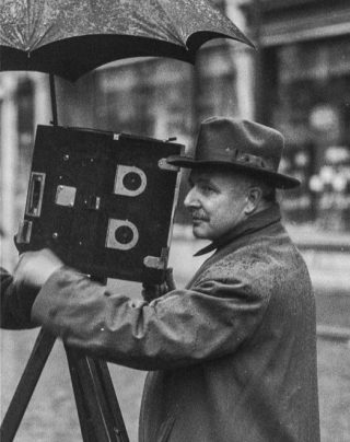Willy Mullens achter de camera in 1928 in Breda (Publiek Domein - wiki)