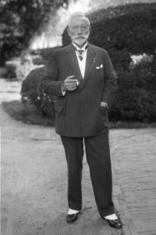 Ex-keizer Wilhelm II in Doorn poserend in burgerkleding.(1933) - Publiek Domein / wiki