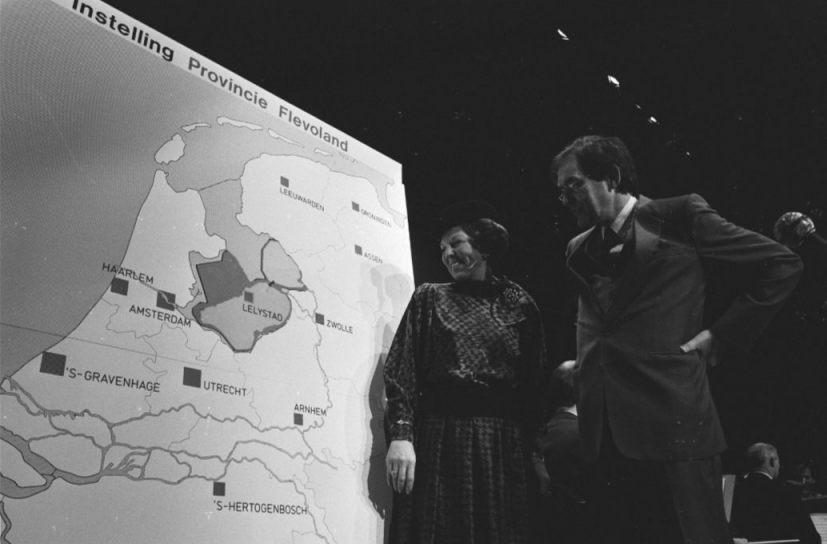Koningin Beatrix woonde in Lelystad de proclamatie van nieuwe provincie Flevoland bij met Commissaris van de Koningin Lammers, 9 januari 1986 (CC0 - Rob Croes / Anefo)