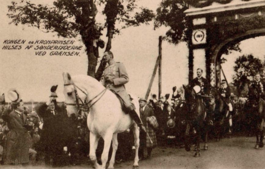 De Deense koning overschrijdt, als ridder op een wit paard, de oude grens tussen Denemarken en Duitsland in 1920.