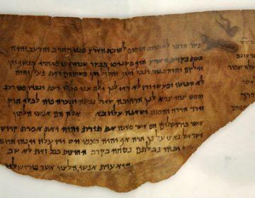 Een commentaar op Jesaja: een (wel echt) fragment van een Dode Zee-rol, nu in het Jordan Museum in Amman.