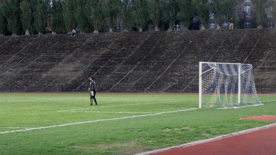 Keeper tijdens een wedstrijd in het Drie Lindenstadion  (Foto Paul Prillevitz)