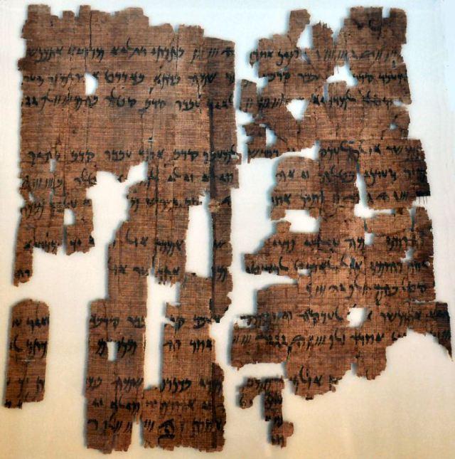 Een papyrus uit Elefantine met een deel van de tekst van de Behistuninscriptie, vertaald in het Aramees, illustreert hoe Darius zijn versie van de gebeurtenissen aan alle onderdanen liet weten. (Neues Museum, Berlijn)
