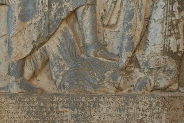 Darius vertrapt Gaumata (detail van het Behistunreliëf)