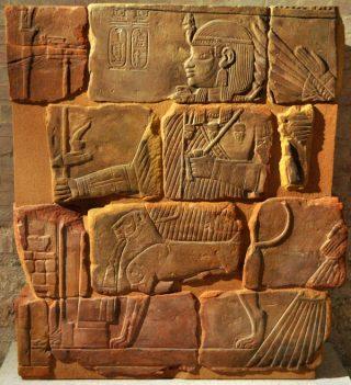 Reliëf van de Nubische koning Amanitenmemide, die regeerde vlak voor de Romeinen naar Nubië kwamen. Egyptische artistieke invloed is duidelijk maar het ronde hoofd, de grote ogen en de gespierde ledematen zijn kenmerkend voor de kunst van Meroë. (Neues Museum, Berlijn)