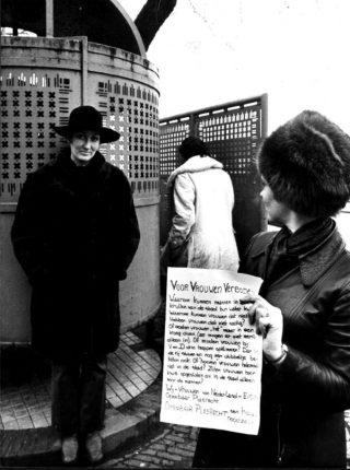Nora Rozenbroek (l) tijdens een actie van Dolle Mina voor plasrecht, door onbekende fotograaf, 1970 (Amsterdam Museum - ANP)