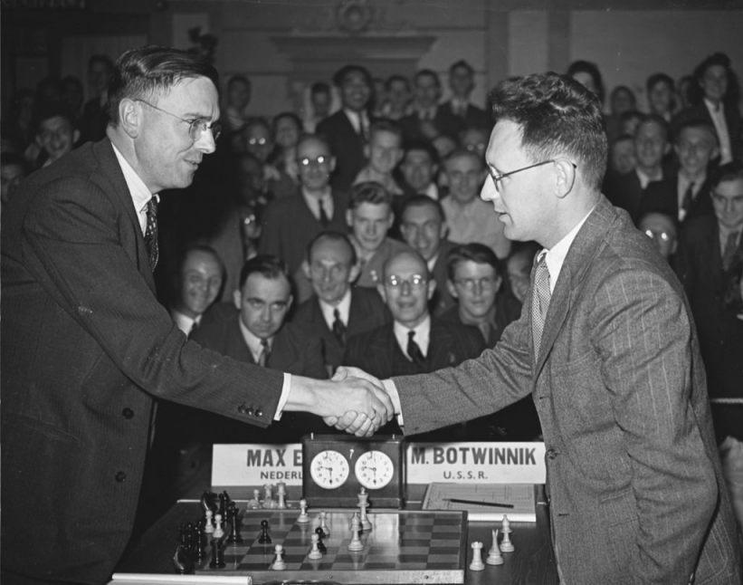 Euwe (l) na een remisepartij tegen Botvinnik in Groningen, 1946 (CC0 - Botvinnik)