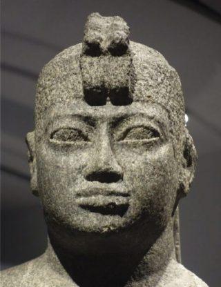 Koning Senkamanisken met de dubbele uraeus-slang, die symbool staat voor de heerschappij over Nubië én Egypte
