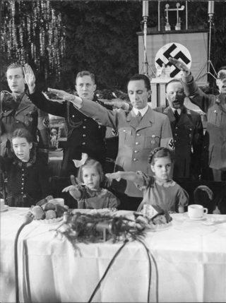 Propganda-minister Goebbels met zijn dochters Helga en Hilda tijdens een kerstviering in Saalbau Friedrichshain (1937)