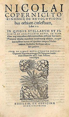 Astronoom Nicolaus Copernicus (1473-1543) publiceerde vlak voor zijn dood  het boek De revolutionibus orbium coelestium, waarin de zon, in plaats van de aarde, in het centrum werd geplaatst. De theorie was in 1618 bij de synodegangers nauwelijks bekend.