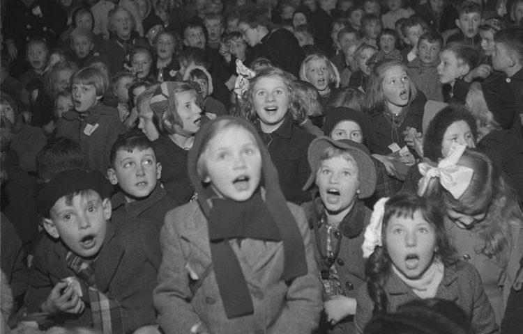 Sint Nicolaas in Amsterdam. Kinderen in zaal - 30 november 1945 (CC0 - Theo van Haren Noman / Anefo)