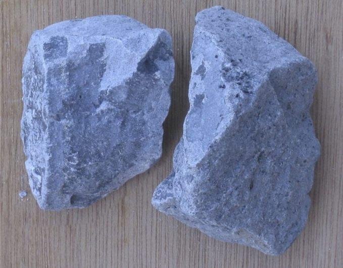 Stukjes carbid (CC BY-SA 3.0 - Rasbak - wiki)