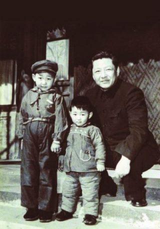 Xi Jinping (links) met zijn jongere broer en vader, Xi Zhongxun (1958) - Publiek Domein/wiki