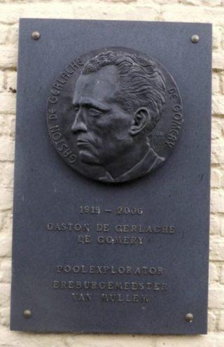 Plaquette ter nagedachtenis aan Gaston de Gerlache de Gomery bij de voormalige school in Mullem (CC BY-SA 4.0 - Spotter2)