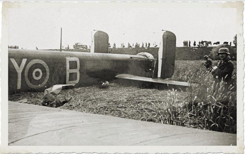 Grote belangstelling voor een op 27 juli 1940 bij Spijkenisse neergekomen Britse Whitley-bommenwerper. (collectie Stadsarchief Rotterdam)