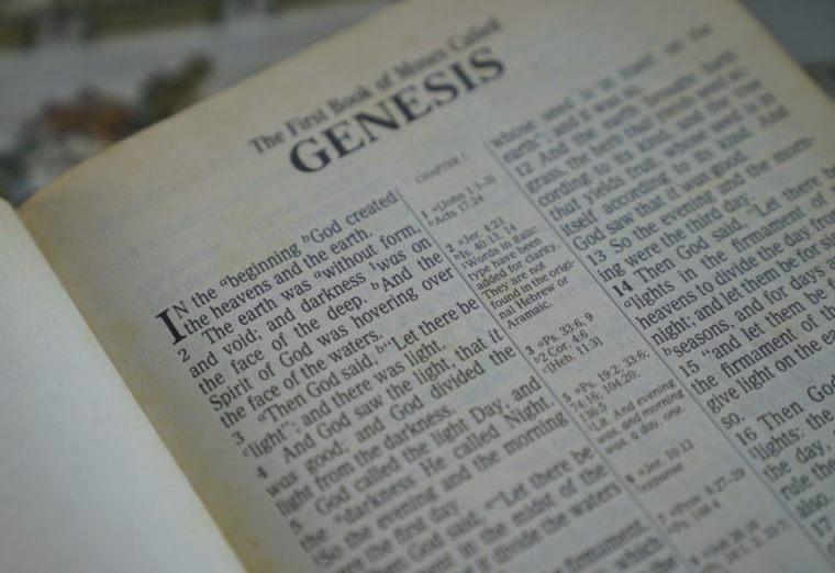 Begin van het Bijbelboek Genesis (CC0 - Pixabay - SpencerWing)