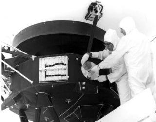 Bevestiging van de Gouden Plaat op de Voyager 1 (Publiek Domein - wiki)